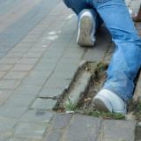 marciapiede dissestato caduta