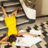 signora cade sulle scale di un condominio