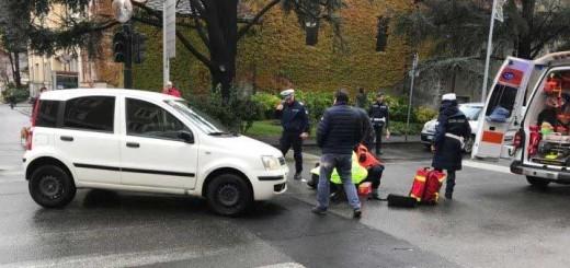 pedone investito mentre attraversa la strada